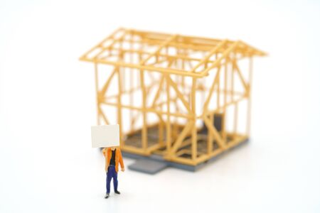 Miniature people standing Check the quality in the home. Concept of buying a new home .Home inspection for maintenance Repair and Construction with copy space for your text or design. Banque d'images - 148703401
