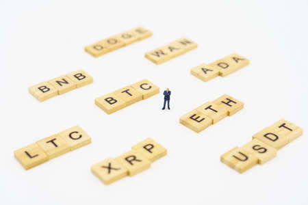 Miniature people businessmen standing Investment Analysis cryptocurrency symbol. Communications to Invest in the Digital Market.using as background business concept with copy space. 免版税图像