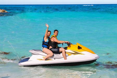 moto acuatica: Hombre y mujer en una moto de agua