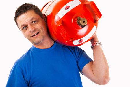 cilindro de gas: Un hombre con un cilindro de gas en su hombro - aislado