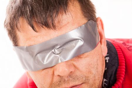 ojos vendados: Primer plano de un hombre con los ojos vendados. Foto de archivo