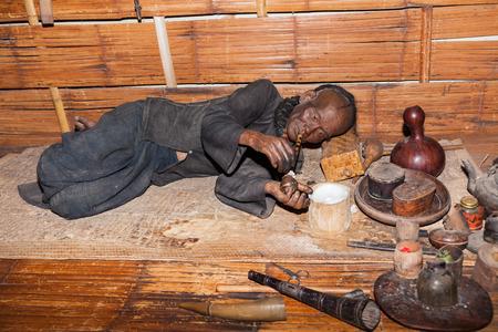 Opium rauchen Holzpuppe.
