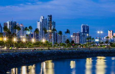푸른 시간에 파나마 시티의 스카이 라인