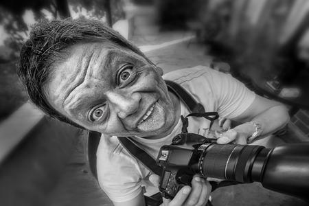 payasos caricatura: Primer plano de un reportero  fotógrafo con la cámara y el rostro cómico loco