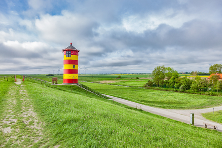 The Pilsum lighthouse on the North Sea coast of Germany. Foto de archivo