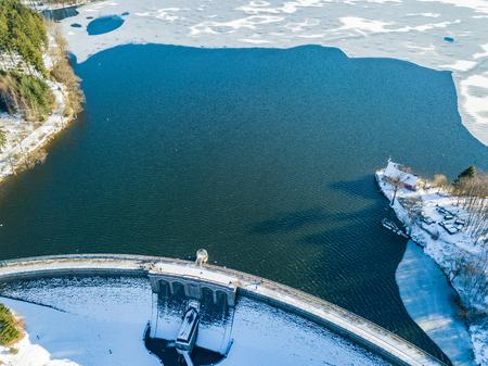 Aerial view of the partially frozen Brucher dam (Bruchertalsperre) near Marienheide in winter. Standard-Bild - 100995349