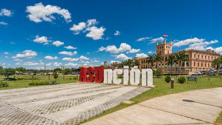 Lettere di Asuncion davanti al Palazzo Presidenziale nella capitale del Paraguay.