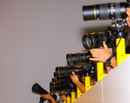Viele Pressefotografen in Folge.