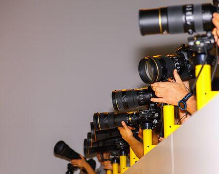 Wielu fotoreporterów z rzędu.