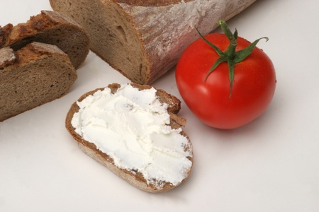 Bread with cream cheese and tomato Foto de archivo