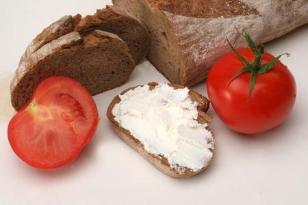 Pan con tomate y queso crema
