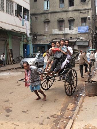 hombre pobre: Kolkata, India - 25 de enero: taxi riksha. El transporte m�s barato y m�s simple p�blicas que dan trabajo a los pobres en Calcuta el 25 de enero 2009
