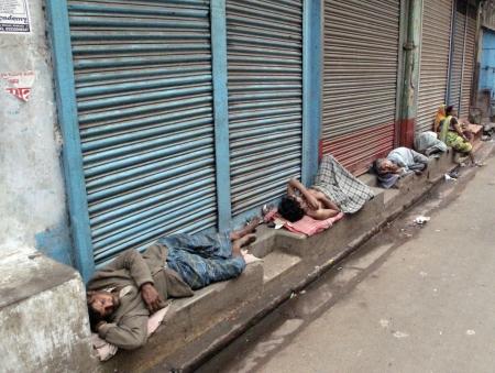 CALCUTA, INDIA - el 25 de enero: Las calles de Calcuta, hombre durmiendo en las calles de Calcuta, India, el 25 de enero de 2009.