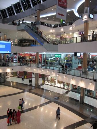 centro comercial: CALCUTA, INDIA - 28 de enero: centro sur de la ciudad es un patio cerrado urbana de alimentos, centro comercial y edificio de oficinas el 28 de enero de 2009 en Calcuta, India
