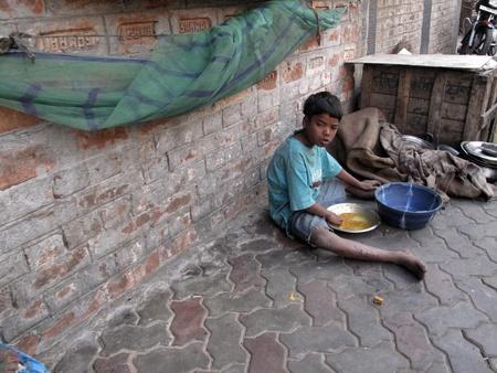 underprivileged: KOLKATA, INDIA - 30 gennaio: Strade di Calcutta. Persone vivono e lavorano per le strade, 30 gennaio 2009.                                Editoriali