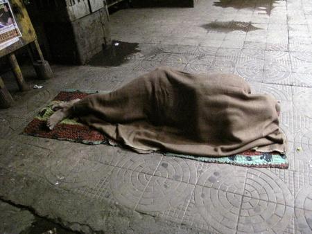 CALCUTA, INDIA - el 30 de enero: Las calles de Calcuta, hombre durmiendo en las calles de Calcuta, India el 30 de enero de 2009.