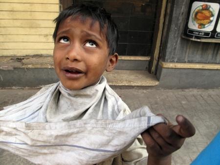 krottenwijk: KOLKATA, INDIA - 03 februari: Straten van Kolkata. De meest achtergestelde kasten die leven in de straten, 03 februari 2009 zijn duizenden bedelaars.