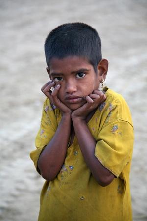 wees: KUMROKHALI, INDIA - JANUARI 14: Portret van meisje op straat op 14 januari 2009 in Kumrokhali, West-Bengalen, India. UNHCHR heeft geschat dat India de grootste bevolking van de straatkinderen in de wereld heeft. Redactioneel