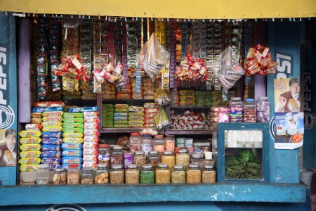 tiendas de comida: Basanti, INDIA - 14 de enero: viejo almac�n en una zona rural de Basanti, Bengala Occidental, India 14 de enero 2009.