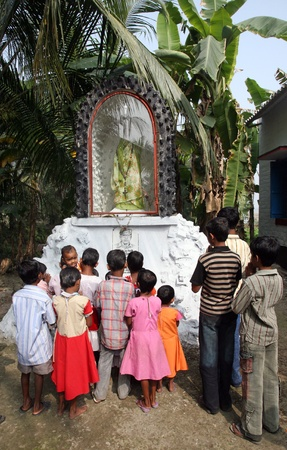 jesus adolescent: BASANTI, INDIA - JANUARY 17: A group of young Bengali Catholics pray before a statue of the Blessed Virgin Mary on January 17, 2009, Basanti, West Bengal, India