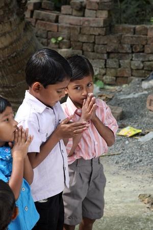 obedecer: Basanti, INDIA - 17 de enero: Un grupo de jóvenes católicos bengalí rezar ante la estatua de la Santísima Virgen María el 17 de enero de 2009, Basanti, Bengala Occidental, India