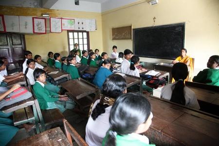 ninos indios: Basanti, INDIA - 17 de enero: Las ni�as aprenden en la Escuela de Ni�as Santa Teresa Hihg el 17 de enero de 2009, Basanti, Bengala Occidental, India Editorial
