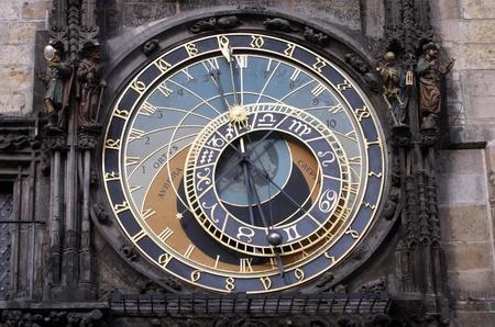 cronologia: Famoso reloj astronómico medieval en Praga, República Checa Foto de archivo