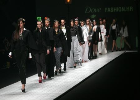 "Zagreb, Kroatië - 15 maart: Fashion model draagt kleding gemaakt door Design Group ""Clash of 9"" op ""Dove FASHION.HR"" show op 15 maart 2012 in Zagreb, Kroatië."