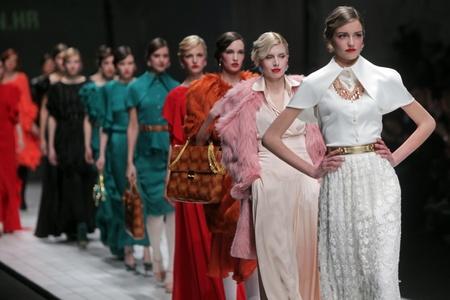 """Zagreb, Kroatië - 16 maart: Fashion model draagt kleding gemaakt door Aleksandra Dojcinovic op """"Dove FASHION.HR"""" show op 16 maart 2012 in Zagreb, Kroatië."""