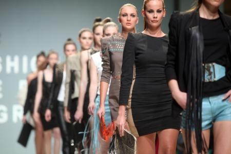 """Zagreb, Kroatië - 10 mei: Fashion model draagt kleding gemaakt door Kristina Burja op """"ZAGREB FASHION WEEK"""" show op 10 mei 2012 in Zagreb, Kroatië. Redactioneel"""