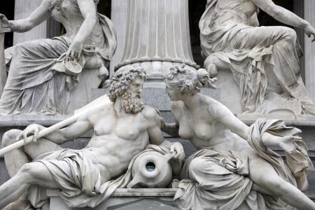 waterleiding: Detail van Pallas-Athene fontein voor Oostenrijkse parlement, Wenen, Oostenrijk Sculptures vertegenwoordigen rivieren Donau en Inn Stockfoto