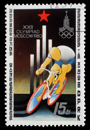 """deportes olimpicos: Corea - CIRCA 1979: sello impreso en Corea del Norte, muestra las carreras de ciclo, emblema de los Juegos, con la inscripción """"XXII Juegos Olímpicos de Moscú, 1980"""", de la serie """"Verano Juegos Olímpicos de Moscú 1980"""", alrededor de 1979"""