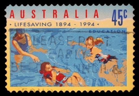 salvavidas: AUSTRALIA - alrededor de 1994: Un sello impreso en AUSTRALIA muestra las personas en el agua, Centenario Organizada de salvamento en serie Australia, alrededor de 1994