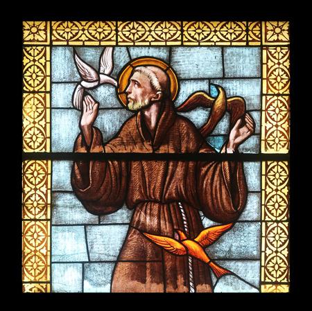 Sint Franciscus van Assi, glas in lood raam in de kerk van Sint Jakobus de Meerdere in Porto Azzurro, Elba, Italië