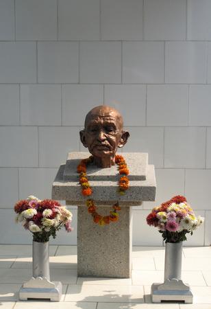 lepra: Estatua de Gandhi en el centro de la Madre Teresa s Lepra en Titagarh, Bengala Occidental, India Editorial