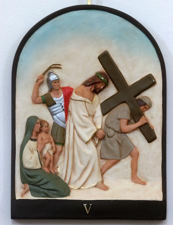第 5 回駅のクロス、Simon のキュレネに十字架を運ぶ 写真素材