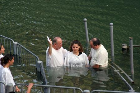 Doop site op Jordaan oever Doop van pelgrims in Yardenit, Israël op 30 september 2006 Redactioneel