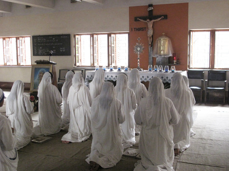 house of prayer: Sisters of Mother Teresa Missionaries of Charity in prayer in the chapel of the Mother House, Kolkata, India at January 27, 2009