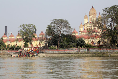 dome of hindu temple: Hindu people bathing in the ghat near the Dakshineswar Kali Temple