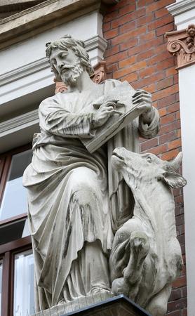 ルーク: Saint Luke the Evangelist on the facade of Evangelical School in Vienna, Austria on October 10, 2014.