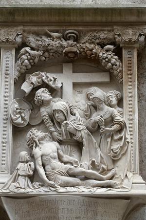 lamentation: Compianto di Cristo Dettagli architettonici dalle pareti esterne della Cattedrale di Santo Stefano a Vienna, in Austria il 10 ottobre 2014.