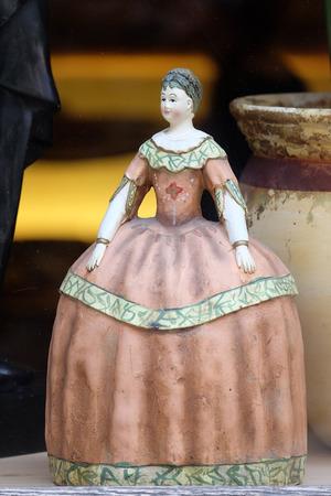 muneca vintage: Muñeca vieja de la vendimia en la tienda de antigüedades, Graz, Estiria, Austria el 10 de enero de 2015.
