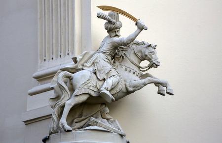 uomo a cavallo: Cavaliere, architettonico decorazioni artistiche sulla facciata di casa a Vienna, in Austria il 10 ottobre 2014.