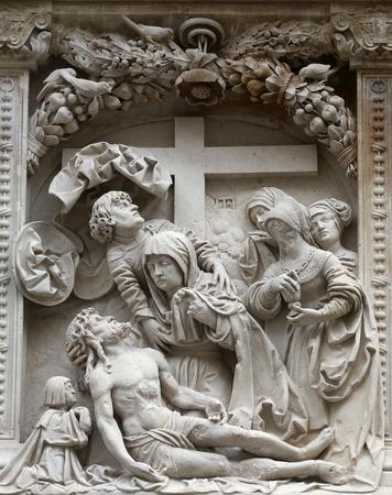 lamentation: Compianto di Cristo Dettagli architettonici dalle pareti esterne della Cattedrale di St Stephens a Vienna, Austria su 10 Ottobre 2014.