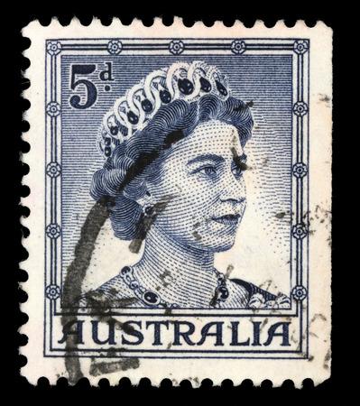 sello: AUSTRALIA - CIRCA 1959: A stamp printed in Australia shows a portrait of Queen Elizabeth II, circa 1959. Editorial
