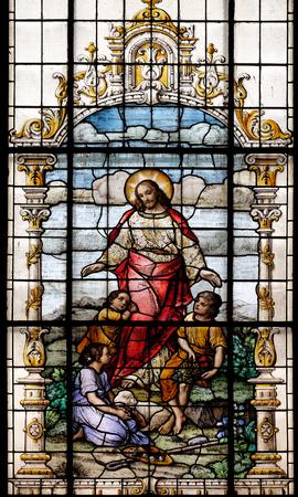 jezus: Jezus przyjaciel dzieci, witraż w Bazylice Najświętszego Serca Jezusowego w Zagrzeb, Chorwacja