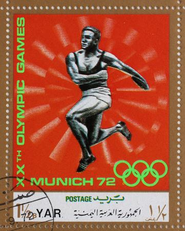 lanzamiento de disco: Sello impreso en Rep�blica �rabe del Yemen muestra la competencia en el lanzamiento de disco, Juegos Ol�mpicos de Munich, alrededor del a�o 1972 Foto de archivo