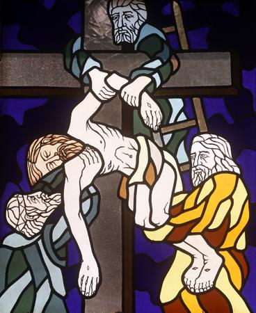 13. Stationen des Kreuzes, Jesu Körper wird aus dem Kreuz, Glasfenster in der Kirche des Hl. Johannes des Täufers in Rijeka, Kroatien entfernt