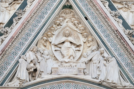 cattedrale: Virgin Mary seated, surrounded by angels, Portal of Cattedrale di Santa Maria del Fiore (Cathedral of Saint Mary of the Flower), Florence, Italy