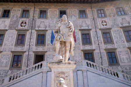 italian fresco: Statue of Cosimo I de Medici, Grand Duke of Tuscany on Piazza dei Cavalieri (Palazzo della Carovana) decorated with frescos, in Pisa, Italy on June 06, 2015